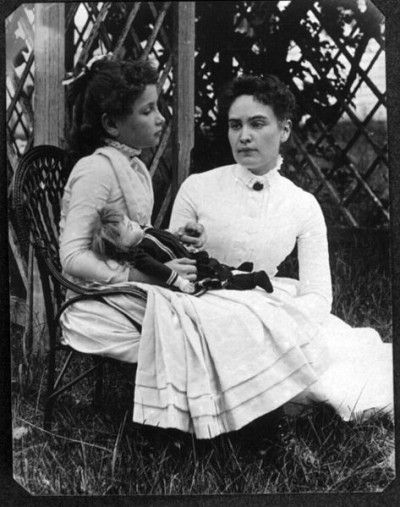 473px-Helen_Keller_with_Anne_Sullivan_in_July_1888